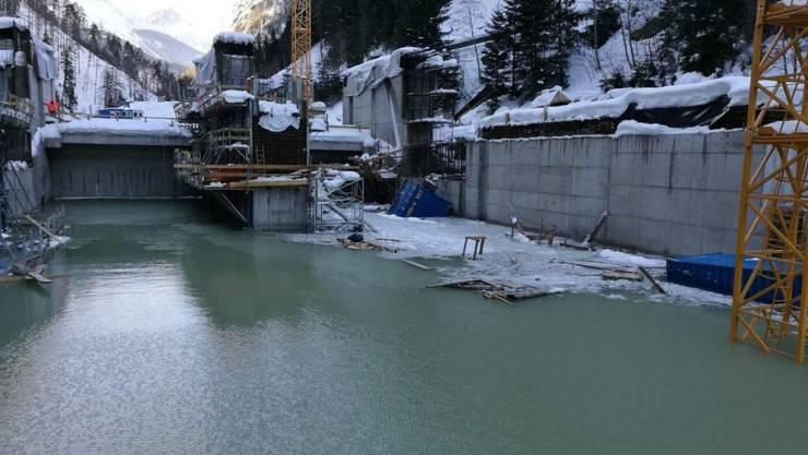 Der Inn hat die Wehrbaustelle in Ovella GR nach einer Lawine geflutet.