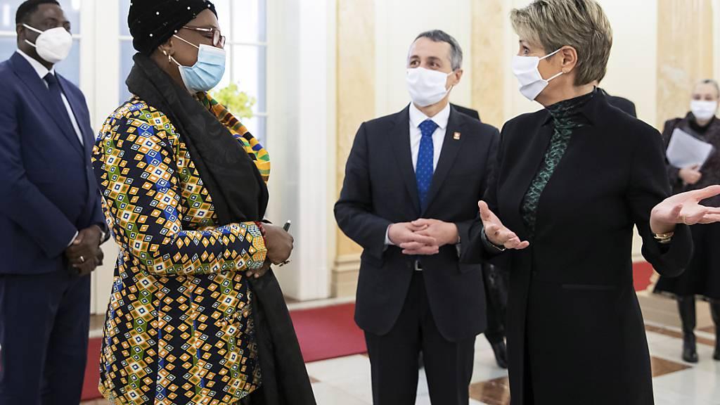 Die gambische Vizeaussenministerin Isatou Touray ist am Dienstag von Aussenminister Ignazio Cassis und Justizministerin Karin Keller-Sutter in Bern zu einem Staatsbesuch empfangen worden.