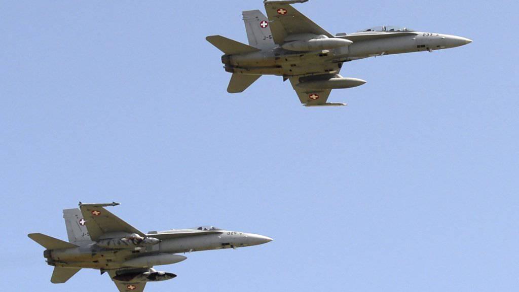 Die F/A-18 bleiben länger in der Luft als geplant. Die letzten Maschinen sollen erst 2030 ausser Dienst gestellt werden, wenn alle neuen Kampfjets im Einsatz sind. (Archivbild)
