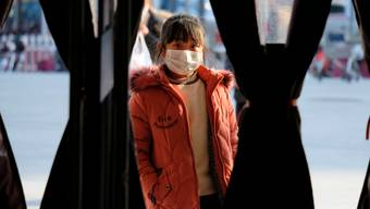 In der «geschlossenen Stadt» Wuhan befinden sich auch drei Schweizer, die nach Hause wollen.  (Symbolbild)