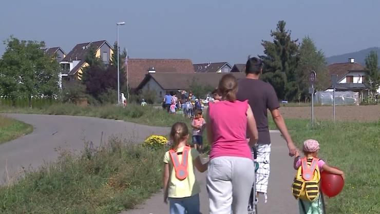 Auf dieser Verbindungsstrasse zwischen Nesselnbach und Niederwil geschah der tragische Unfall. Ist der Fussgänger- und Veloweg entlang der Niederwilerstrasse als Schulweg geeignet?