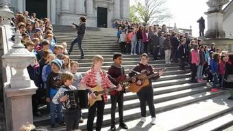 Flashmob der Musikschule Solothurn vor der St.-Ursen-Kathedrale