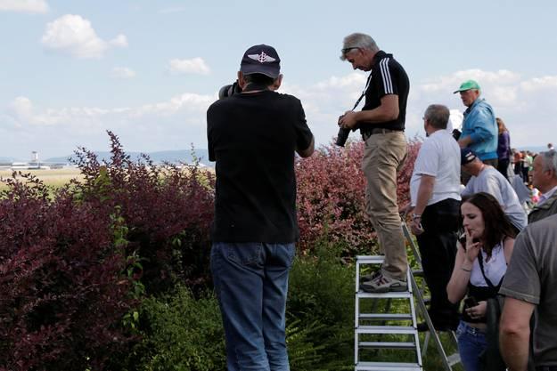 Die Fotografen und Schaulustigen bereiten sich auf die Ankunft vor.