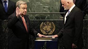 Der frühere portugiesische Regierungschef António Guterres hat vor der UNO-Vollversammlung seinen Amtseid als neuer Generalsekretär der Vereinten Nationen abgelegt.