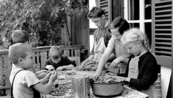 Heimkinder rüsten Bohnen in der Armenerziehungsanstalt «Dorneren».
