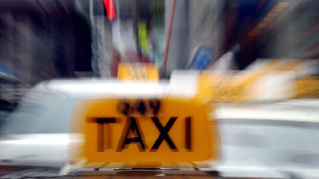 Unbekannter fährt Taxifahrer über die Füsse und flüchtet