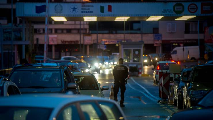 Stau vor dem Grenzuebergang in Ponte Tresa TI.