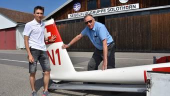 Nick Stäheli (links) und Kurt Uebersax vor dem Hangar der Segelfluggruppe Solothurn.
