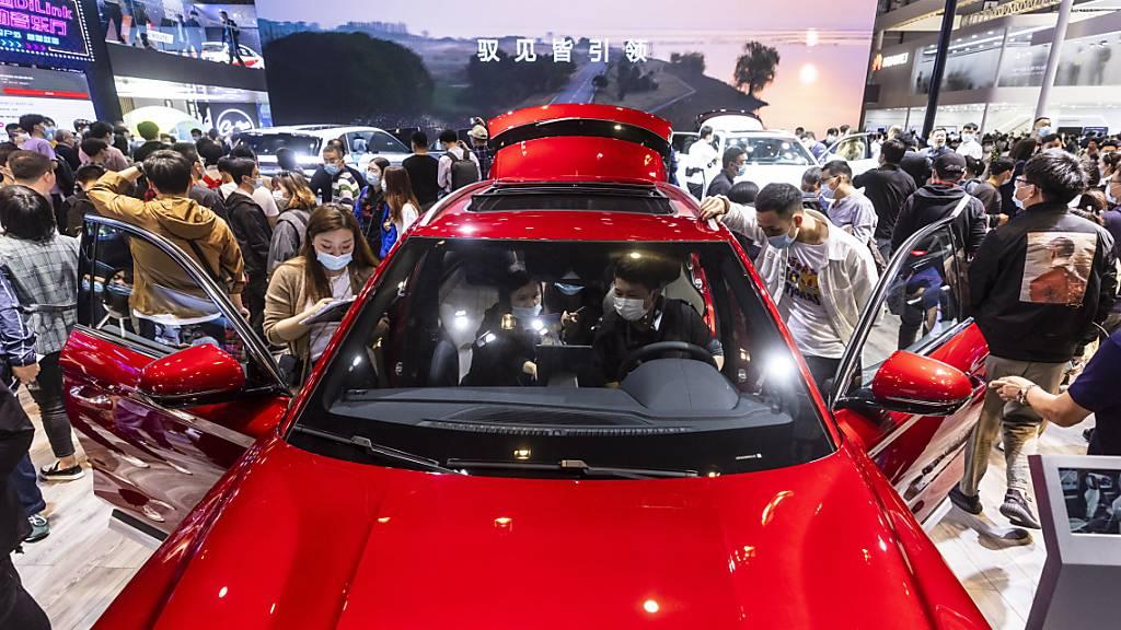 Ein Auto des Herstellers BYD an der Auto Shanghai im April. BYD gehört zu der Gruppe der chinesischen Autohersteller, die ihre Produktion für E-Autos ausgebaut haben. (Archivbild)