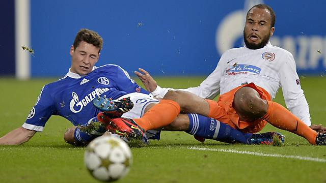 Montpellier's Garry Bocaly , right, and  Schalke's Julian Draxler