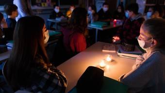 Schon fast romantisch: Unterricht bei Kerzenlicht.