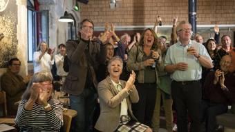 Grüne Parteimitglieder freuen sich über das Zwischenresultat.