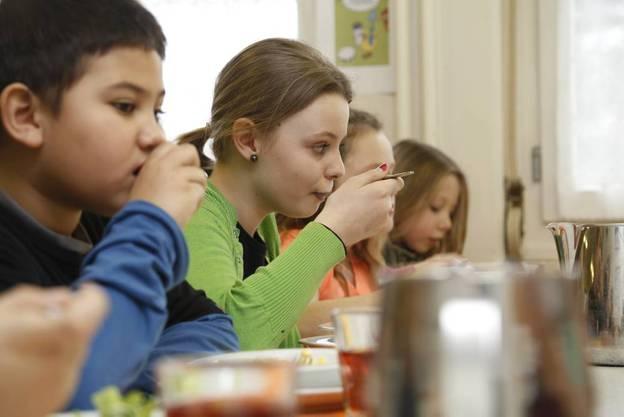 Mit viel Appetit und nicht ganz geräuschlos wird das Mittagessen verzehrt