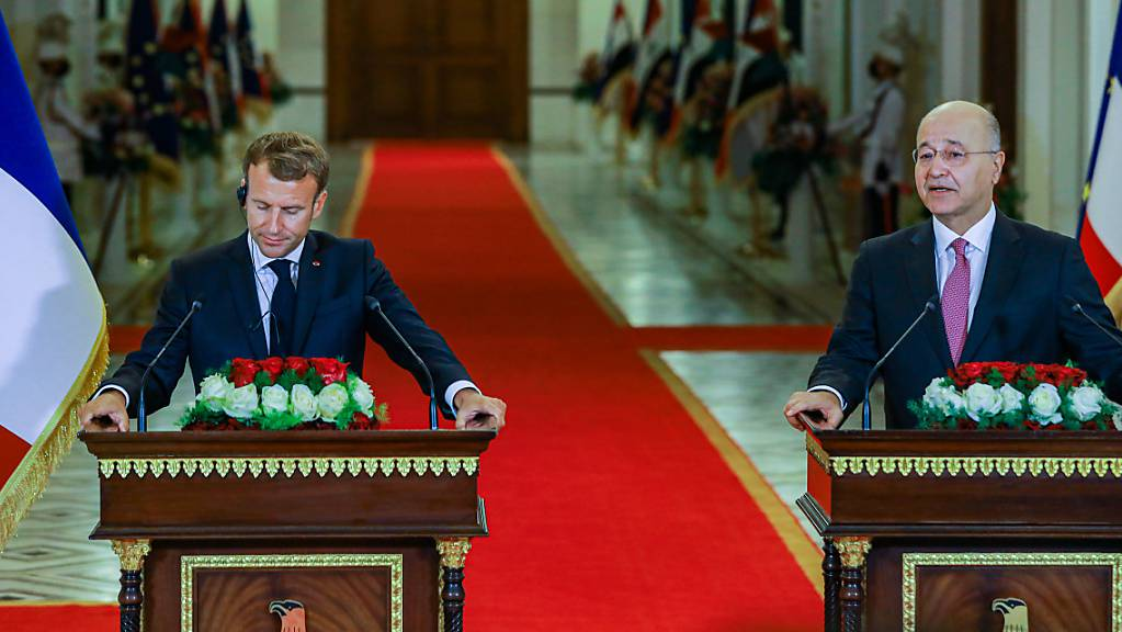 Bei einem Treffen in Bagdad soll es neben einer Annäherung der beiden Erzfeinde Iran und Saudi-Arabien auch um deren Stellvertreterkonflikte in der Region gehen. Neben Barham Salih (rechts), Präsident vom Irak, ist auch Emmanuel Macron, Präsident von Frankreich, dabei.
