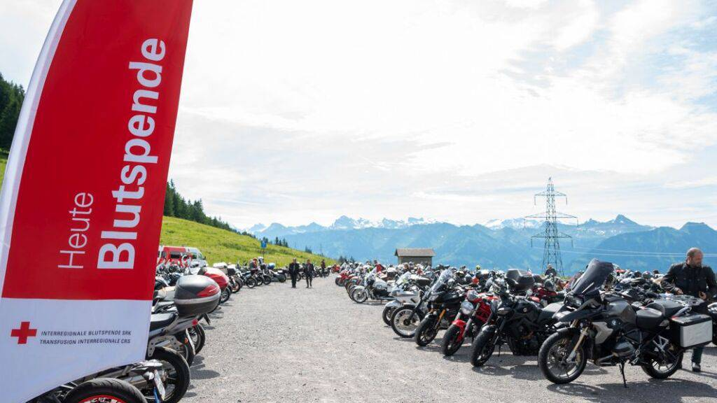 550 Motorradfahrer spenden auf dem Glaubenberg Blut