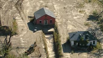 Blick auf Arbeiten auf der Friedhofsinsel Hart Island, wo hunderttausende in Massengräbern bestattet wurden (Archiv)