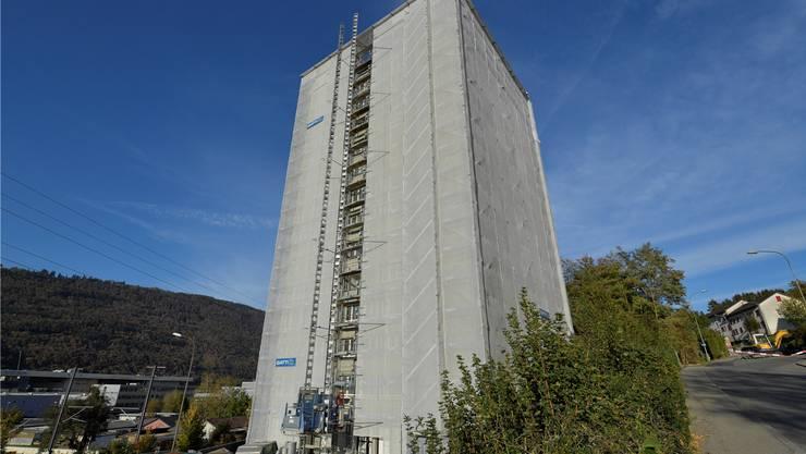 Ein Hochhaus einer Wohngenossenschaft in Biel, das momentan saniert wird.