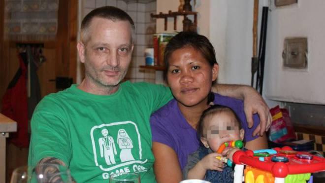 Christian Kast mit Frau und Tochter. Sie und das Mädchen sind inzwischen auf den Philippinen. Foto: HO