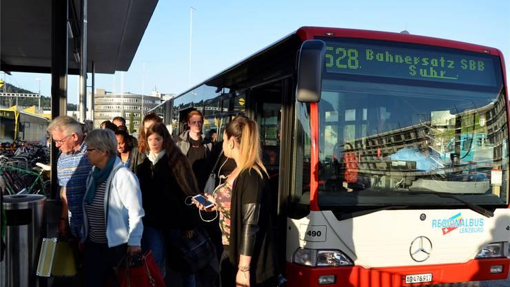 Passagiere wechseln am Bahnhof Suhr vom Bus in den regulären Zug nach Lenzburg. dvi