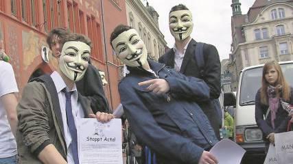 Anonymous in Basel: Ein Teil der Demonstranten war maskiert.
