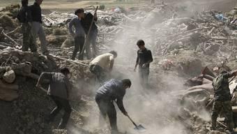 Nach dem Erdbeben im Iran suchen Helfer nach Verschütteten