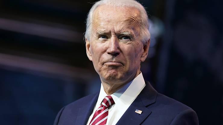 ARCHIV - Der gewählte US-Präsident Joe Biden hat sich beim Spielen mit seinem Schäferhund den rechten Knöchel verstaucht und sich kleine Stressfrakturen im Fuß zugezogen. Foto: Andrew Harnik/AP/dpa