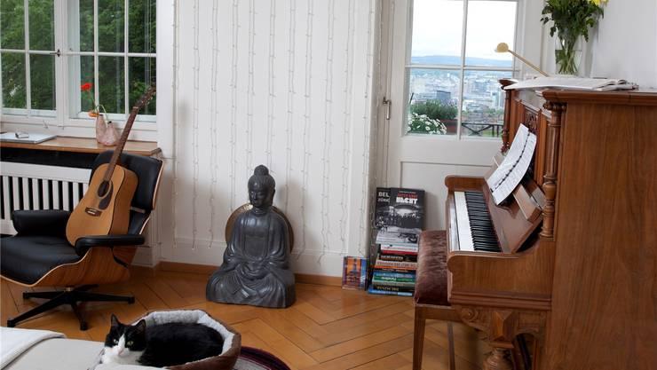Der Buddha und Kater Felix bringen gute Vibes in die Wohnung.