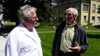 Patient Ruedi Stoss (rechts) spricht mit Hansjörg Hungerbühhler, Leitender Arzt Neurologie im KSA.