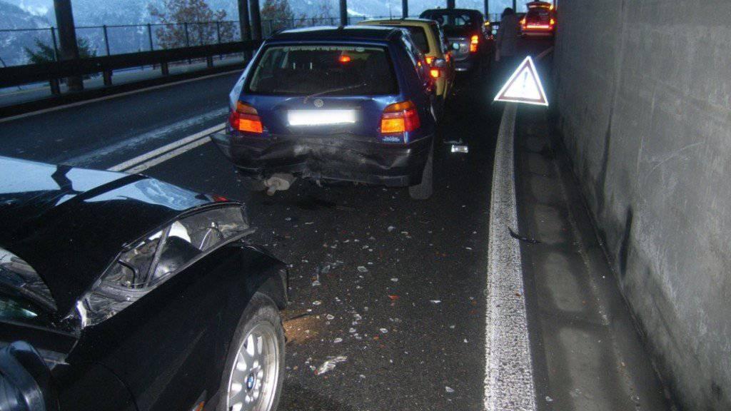 Viel Blechschaden im Zingeltunnel auf der Axenstrasse hat es bei einem Auffahrunfall gegeben.