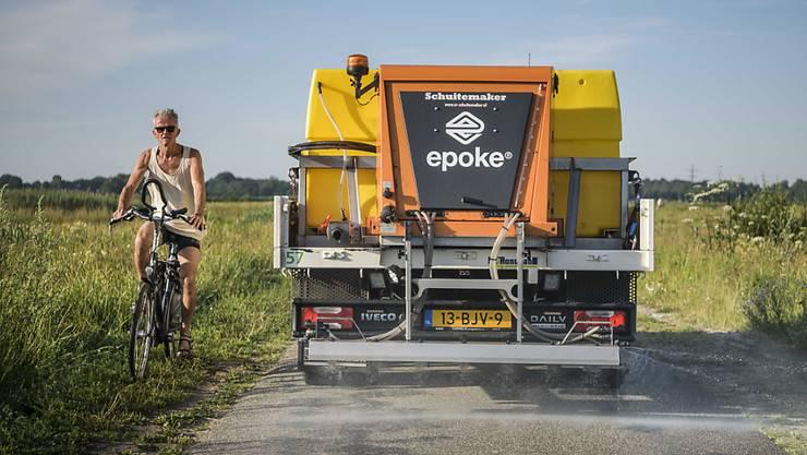 Gemeinden in den Niederlanden streuen Salz aus, um die Strassen zu kühlen
