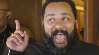 Der umstrittene französische Komiker Dieudonné muss wegen Steuerhinterziehung und Geldwäsche zwei Jahre ins Gefängnis, ein zusätzliches Jahr erhielt er auf Bewährung. (Archivbild)