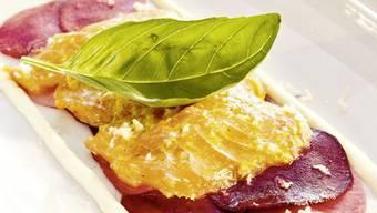 Damit kommen Sie bestimmt gut durch den Winter: Marinierter Lachs auf Randen-Rettich-Salat.