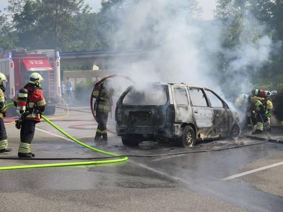 Der 28-jährige Autofahrer parkierte das Auto, nachdem er Rauch wahrgenommen hatte. Er konnte noch rechtzeitig aussteigen und wurde nicht verletzt.