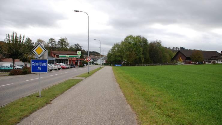 Arbeit statt grüne Felder: Die geplante Autowaschanlage der Suhre Garage am Eingang von Schöftland würde drei bis fünf neue Arbeitsplätze schaffen. (Irena Jurinak)
