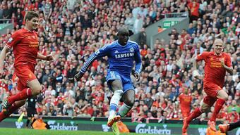 Demba Ba enteilt Steven Gerrard und erzielt das 1:0