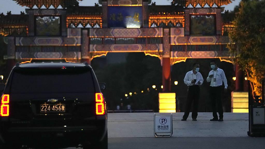 Ein Auto der US-Botschaft wartet vor dem Hotel, in dem amerikanische und chinesische Beamte zu Gesprächen erwartet werden. US-Vizeaußenministerin Sherman reist als bisher ranghöchste Vertreterin der US-Regierung seit dem Amtsantritt von Präsident Biden nach China. Foto: Ng Han Guan/AP/dpa