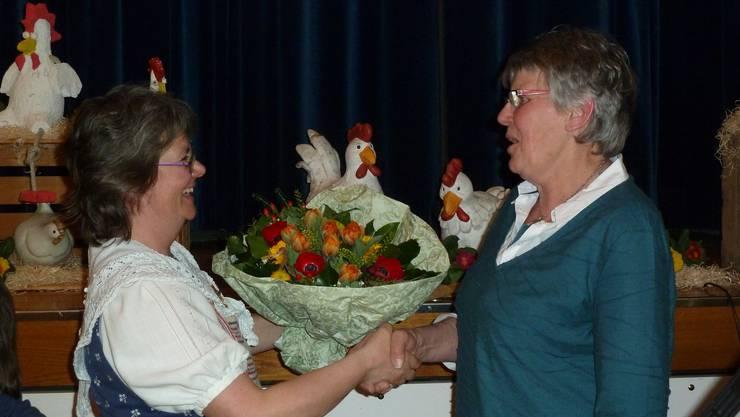Die Präsidentin Rosmarie Emch erhält von der Vicepräsidentin Ursula Riggenbach ein Präsent.