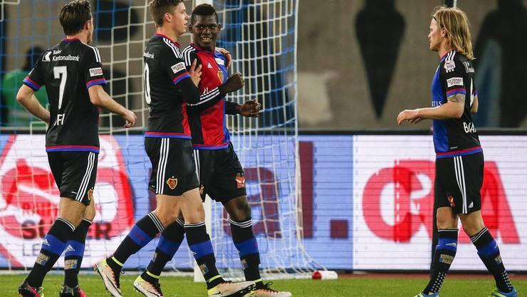 Die Mitspieler gratulieren Breel Embolo zum Penaltytreffer.