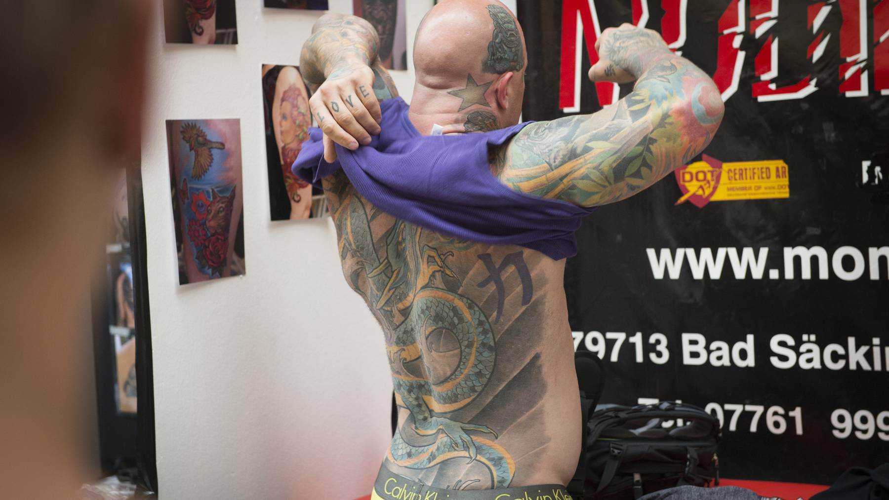 Gossau - Tattoo Convention Tätowierer stellen aus und tätowieren. Bild: Ralph Ribi