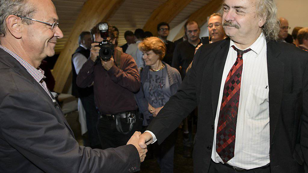 Der unterlegene Luc Recordon (Grüne) gratuliert in Lausanne dem frisch gewählten Olivier Français zur Wahl.