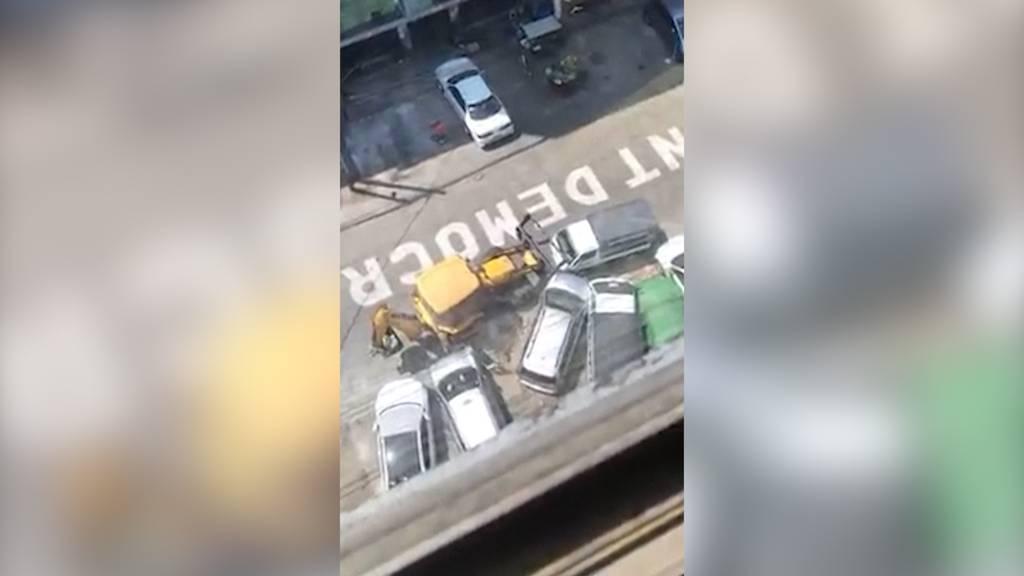 Mit Absicht: Bulldozer rammt 48 geparkte Autos