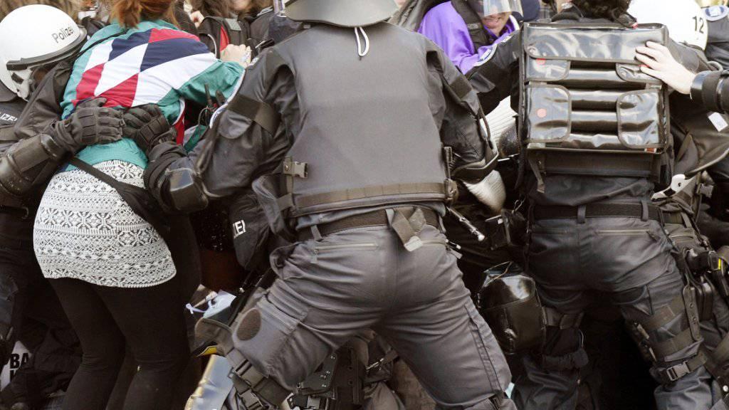 Zürcher Polizisten drängen Gegendemonstranten gegen den «Marsch fürs Läbe» der Abtreibungsgegner ab. Gemäss einer Sprecherin der Zürcher Stadtpolizei wurden 100 Gegendemonstranten abgeführt, auf einen Polizeiposten gebracht, kontrolliert und wieder freigelassen.