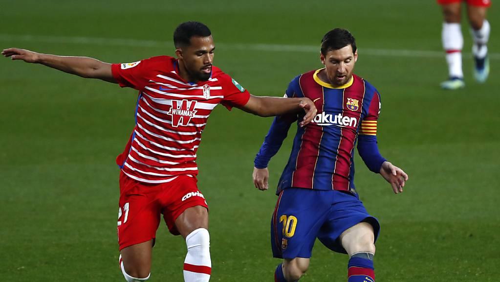 Lionel Messi (rechts) gegen Granadas Yangel Herrera.