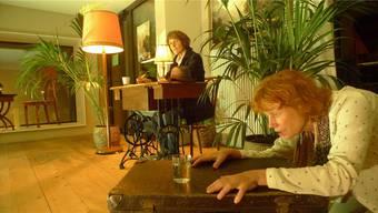 Elisabeth Seiler (l ) und Eva Lenherr führen im Kulturcafé das Stück 'Käthchen Mädchen Käthchen' auf.