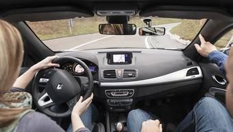 """Mit dem """"L"""" am Heck und einem erwachsenen Autofahrer an der Seite sollen Jugendliche schon mit 17 ans Steuer sitzen dürfen. Der Bundesrat will demnächst eine entsprechende Gesetzesänderung vorschlagen. (Archivbild)"""