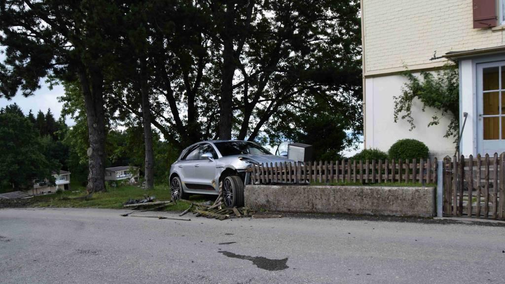 Lenker prallt mit Auto in Gartenmauer – mehrere zehntausend Franken Sachschaden