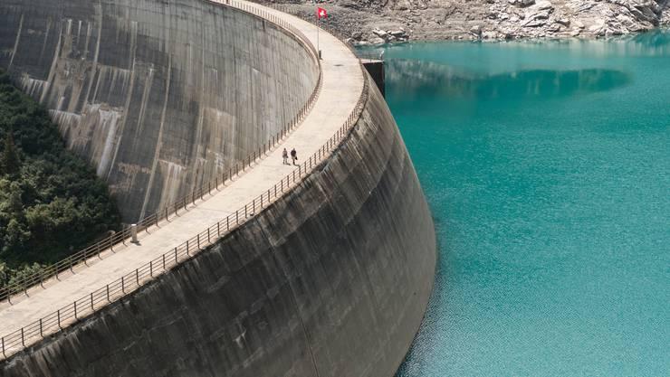 Muss die Konzession für ein Wasserkraftwerk erneuert werden, sollen auch ökologische Aufwertungsmassnahmen verfügt werden können. (Symbolbild)