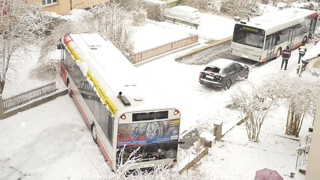 Schneefall im Flachland führt zu Unfällen und Flugverspätungen
