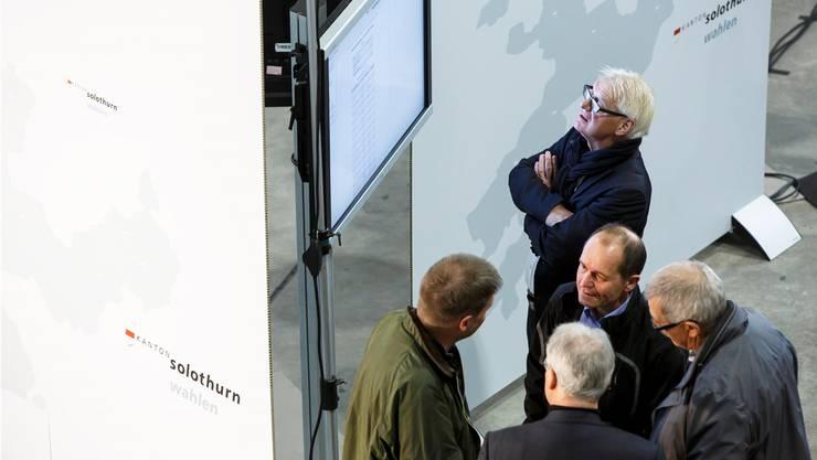 In der Reithalle studieren Besucher am Sonntag die Resultate – doch wie werden die Solothurner Nationalräte politisieren?bar