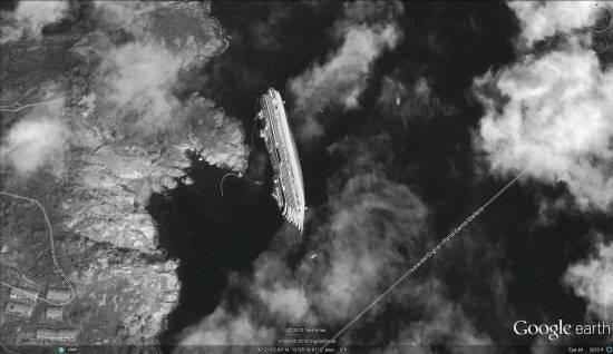 Die liegende «Costa Concordia» vom Weltall aus gesehen.